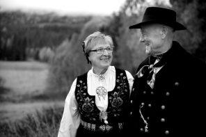Svart-hvitt bilde av eldre ektepar på gård i Buskerud