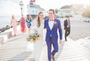 Det glade brudeparet blir fotografert mens de går sammen med forloverne på brygga på Villa Malla i Filtvet