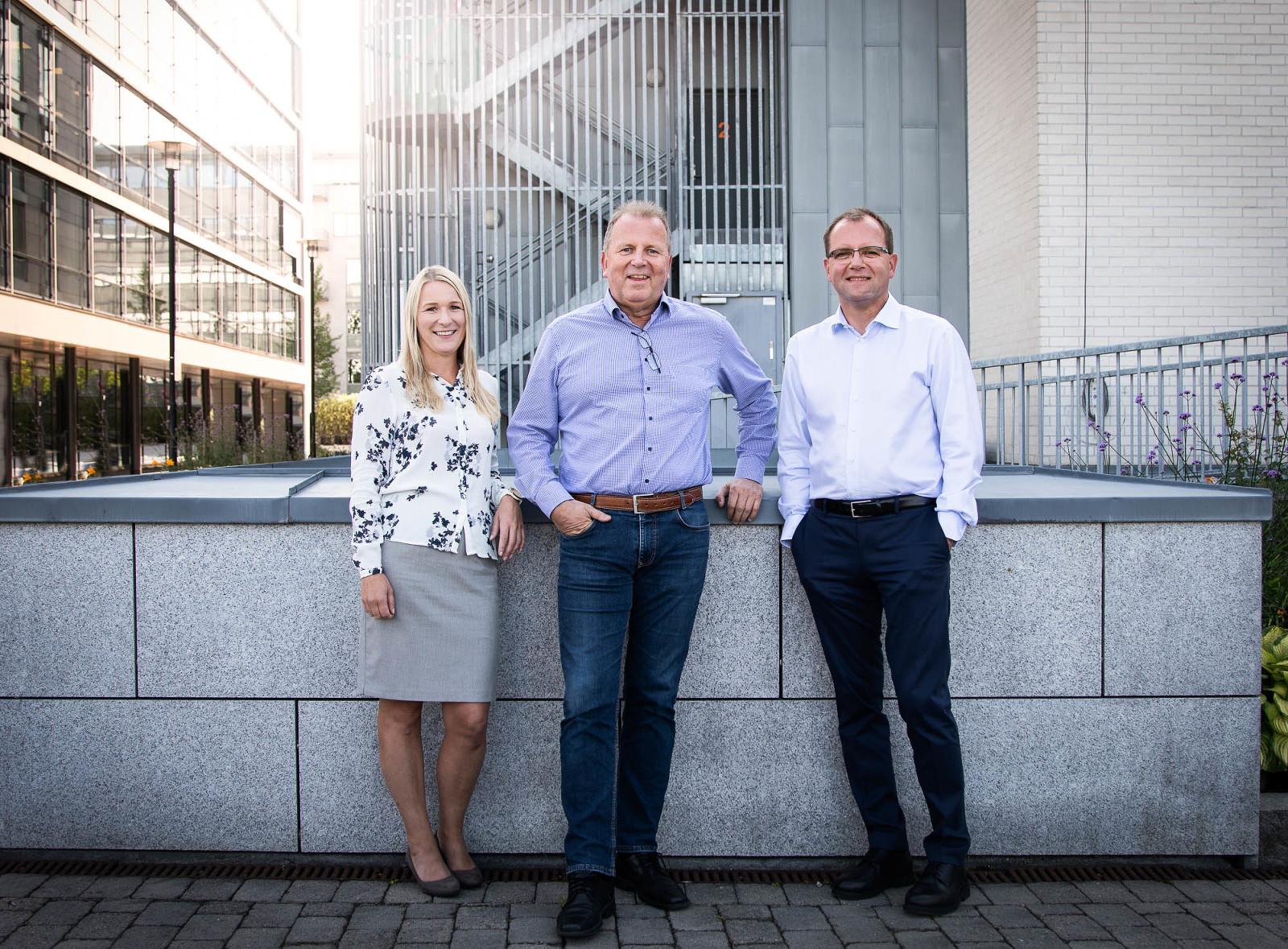Firmabilde av tre ansatte